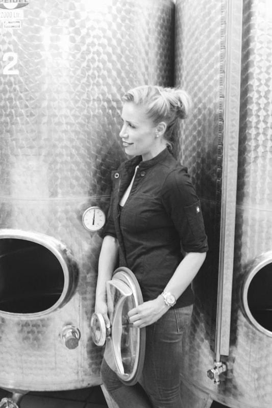 Julica Renn bei der Überwachung der Lagerung des Gins im Keller