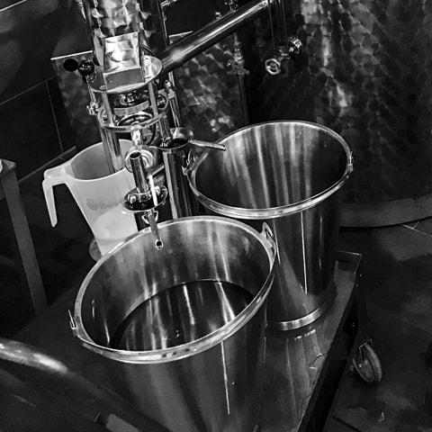 Der Gin läuft aus der Brennblase von Arnold Holstein