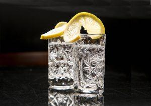 Unser Serviervorschlag: pur auf Eis mit frischer, unbehandelter Zitrone.