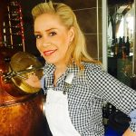 Bildzeitung . Die Beste kommt vom Bodensee. Brennerin Julica Renn hat bei der Gin-Weltmeisterschaft die Gold-Medaille geholt.